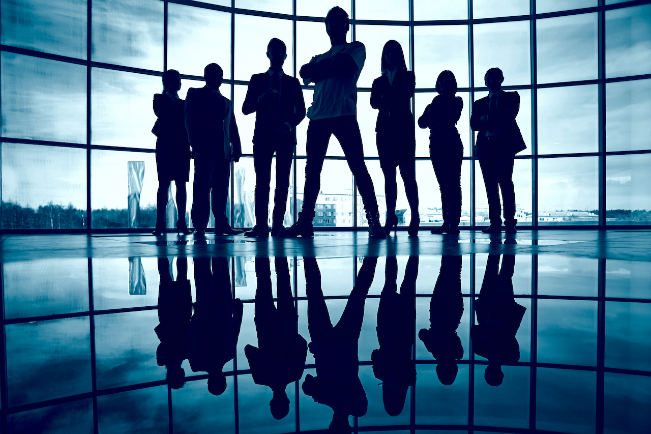 silhouette-confident-businesspeople